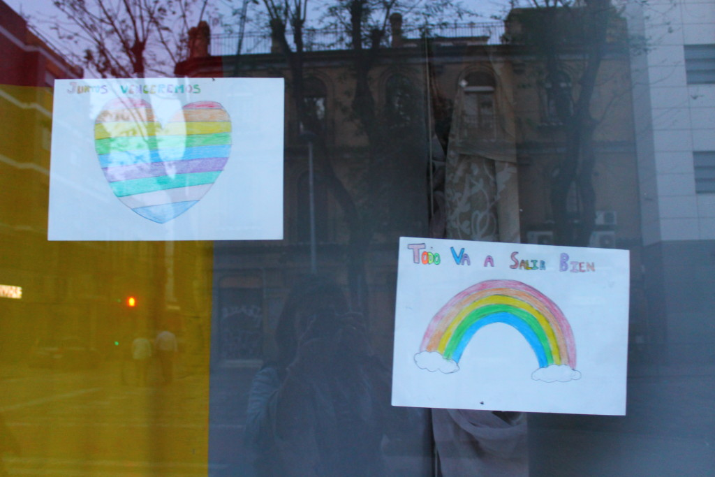 Rainbow posters saying todo irá bien in Spain during COVID
